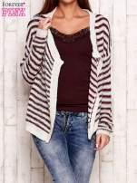 Jasnoróżowy otwarty sweter w paski