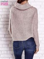 Jasnoróżowy sweter oversize z luźnym golfem                                  zdj.                                  6