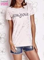 Jasnoróżowy t-shirt z napisem BONJOUR                                  zdj.                                  1