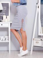 Jasnoszara spódnica w delikatny prążek z bocznym sznurowaniem                                  zdj.                                  3