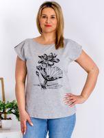 Jasnoszary t-shirt z motywem roślinnym PLUS SIZE                                  zdj.                                  1