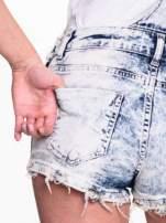 Jeansowe krótkie ogrodniczki marmurkowe z poszarpanymi nogawkami                                                                          zdj.                                                                         8