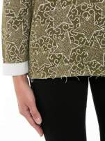 Khaki bluzka z surowym wykończeniem we wzór gwiazd