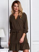 Khaki sukienka z falbaną i wiązaniem                                  zdj.                                  1
