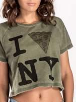 Khaki t-shirt cropped z motywem pizzy                                  zdj.                                  5