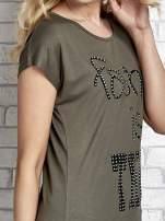 Khaki t-shirt z napisem FASHION IS THIS z dżetami                                  zdj.                                  5