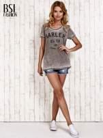 Khaki t-shirt z napisem HARLEM efekt acid wash                                                                          zdj.                                                                         5