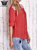 Koralowa koszula damska z haftem na ramionach                                  zdj.                                  4