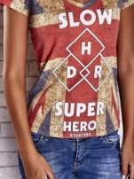 Koralowy t-shirt z nadrukiem brytyjskiej flagi i napisami                                  zdj.                                  6