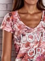 Koralowy t-shirt z nadrukiem moro i napisem LOVE OR LEAVE                                  zdj.                                  5