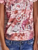 Koralowy t-shirt z nadrukiem moro i napisem LOVE OR LEAVE                                  zdj.                                  6