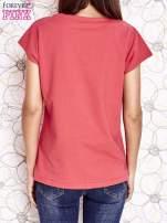 Koralowy t-shirt z nadrukiem owadów                                  zdj.                                  2