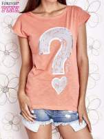 Koralowy t-shirt z nadrukiem znaku zapytania                                  zdj.                                  1