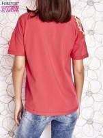 Koralowy t-shirt z naszywką motyla i pomponikami                                                                          zdj.                                                                         4