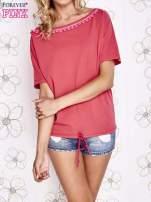 Koralowy t-shirt z różowymi pomponikami przy dekolcie                                  zdj.                                  1
