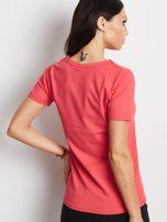 Koralowy t-shirt z wycięciem łezką                                  zdj.                                  2