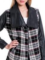 Kraciasty płaszcz ze skórzanymi rękawami i klapami                                  zdj.                                  5