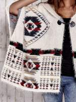Kremowa narzutka poncho w azteckie wzory