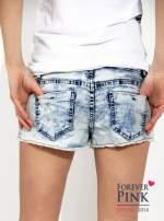Marmurkowe szorty jeansowe z efektem acid wash                                  zdj.                                  2