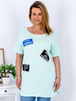 Miętowy t-shirt z nadrukiem naszywek PLUS SIZE                                  zdj.                                  1