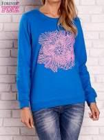 Niebieska bluza z kolorowym nadrukiem                                  zdj.                                  1