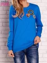 Niebieska bluza z kolorowymi naszywkami                                  zdj.                                  1