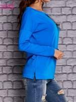 Niebieska bluzka z wiązaniem przy dekolcie i kieszenią                                  zdj.                                  3
