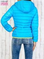 Niebieska pikowana kurtka z żółtym wykończeniem                                  zdj.                                  2