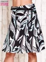Niebieska rozkloszowa spódnica w abstrakcyjny wzór