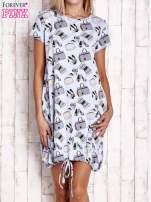 Niebieska sukienka z kobiecym nadrukiem                                                                          zdj.                                                                         1
