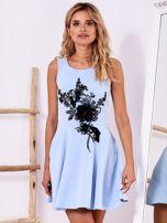 Niebieska sukienka z roślinną aplikacją                                  zdj.                                  1
