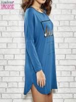 Niebieska sukienka ze złotym napisem UNIQUE                                                                          zdj.                                                                         3