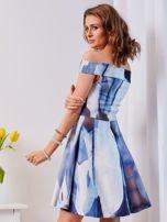 Niebieska wzorzysta sukienka                                  zdj.                                  2