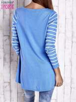 Niebieski luźny sweter w paski z ażurowym dekoltem                                  zdj.                                  2