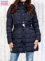 Niebieski pikowany płaszcz z paskiem                                  zdj.                                  1