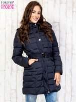 Niebieski pikowany płaszcz z paskiem                                                                          zdj.                                                                         3