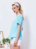 Niebieski t-shirt basic z podwijanymi rękawami                                  zdj.                                  3