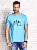 Niebieski t-shirt męski z nadrukiem mostu i napisem CALIFORNIA 66                                  zdj.                                  1