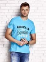 Niebieski t-shirt męski z napisem BROOKLYN NYC                                  zdj.                                  1