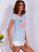 Niebieski t-shirt z kolorowymi napisami                                  zdj.                                  5