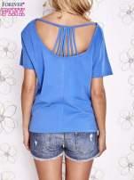 Niebieski t-shirt z napisem JE T'AIME i dekoltem na plecach                                  zdj.                                  4