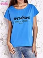 Niebieski t-shirt z napisem NEED IT LOUDER                                  zdj.                                  1