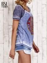 Niebieski t-shirt z różą efekt acid wash                                  zdj.                                  3