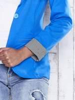 Niebieski żakiet z pasiastym wykończeniem rękawów