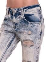 Niebieskie dekatyzowane spodnie rurki z przetarciami                                  zdj.                                  6
