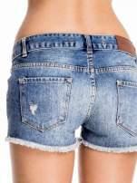 Niebieskie jeansowe szorty z postrzępioną nogawką                                  zdj.                                  6