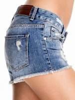 Niebieskie jeansowe szorty z postrzępioną nogawką                                  zdj.                                  5