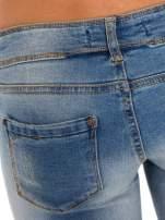 Niebieskie jeansy rurki wycierane