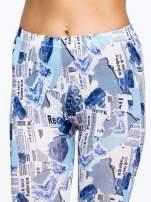 Niebieskie legginsy z motywem newspaper print                                  zdj.                                  5