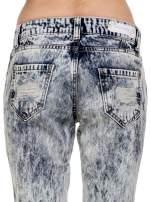 Niebieskie rozjaśniane spodnie jeansowe z przetarciami                                  zdj.                                  5